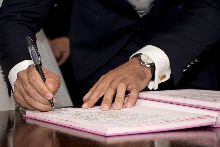 Czy trzeba zatrudnić prawnika do pomocy przy sporządzaniu umowy?